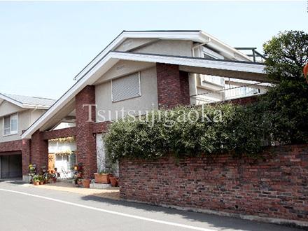 つつじが丘は住宅街の中にある、大きな煉瓦塀の一軒家です。
